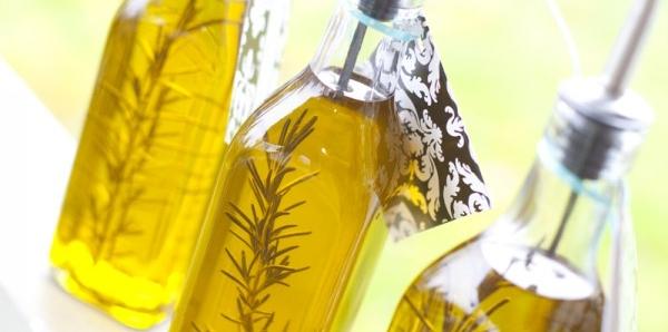 <h6>Olio aromatizzato al rosmarino</h6>L'olio aromatizzato al rosmarino � semplice da realizzare in casa e pu� essere anche un ottimo regalo per i nostri amici grazie a delle confezioni di lusso.